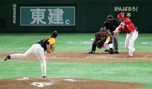 巨人対広島 9回表広島無死二塁、長野は中前打を放つ。投手高木(撮影・浅見桂子)