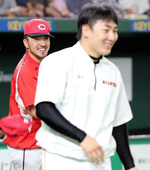 巨人対広島 試合前、広島菊池涼は巨人丸と言葉を交わし笑顔を見せる(撮影・垰建太)