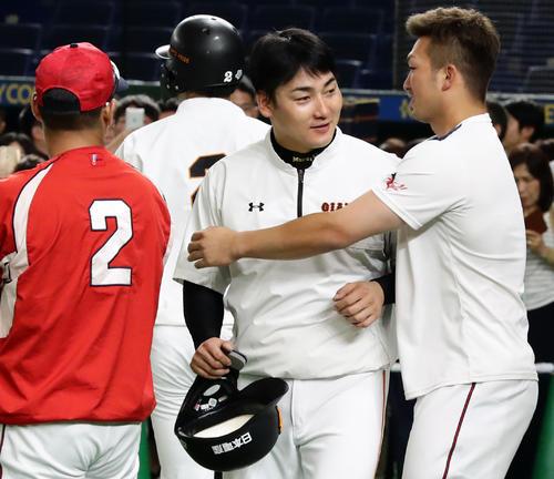 巨人対広島 試合前練習中、巨人丸(中央)は広島鈴木に抱きつかれる(撮影・浅見桂子)