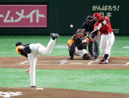 巨人対広島 2回表広島無死、鈴木は中越えソロ本塁打を放つ。投手ヤングマン(撮影・浅見桂子)