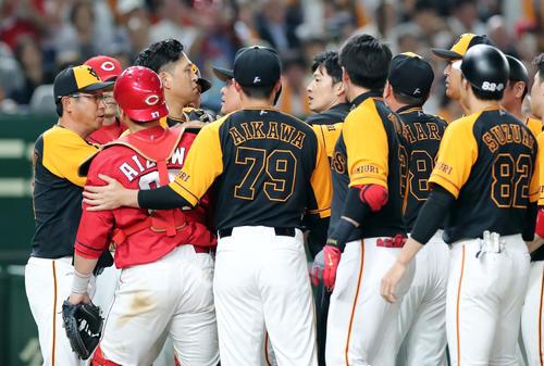 巨人対広島 7回裏巨人1死一塁、一岡から頭部死球を受けた中島(左から3人目)は激高し両軍ベンチが制止に入る(撮影・垰建太)