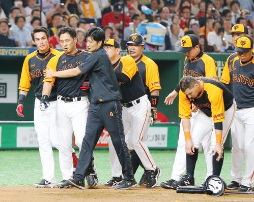 巨人対広島 7回裏巨人1死一塁、一岡竜司から頭部死球を受けた中島(左から2人目)は激高しナインの制止を受けながらベンチに引き揚げる(撮影・垰建太)