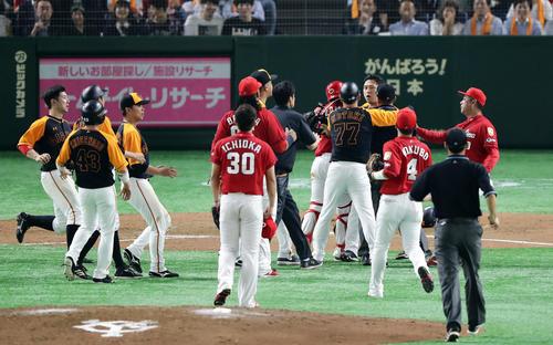 巨人対広島 7回裏巨人1死一塁、代打中島(右奥)は頭部死球を受け激怒しマウンドに向かうも周りに止められる。投手一岡(撮影・浅見桂子)
