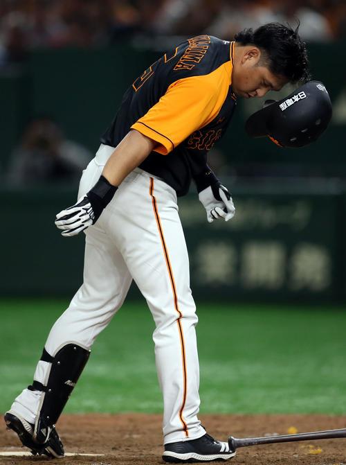 巨人対広島 7回裏巨人1死一塁、頭に危険球を受けた中島は、激高し、マウンドに向かおうとするが、両チームの選手から止められる(撮影・狩俣裕三)