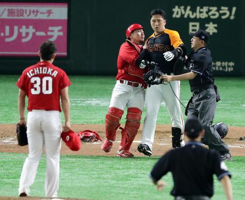 巨人対広島 7回裏巨人1死一塁、代打中島は頭部死球を受け激怒しマウンドに向かう。投手一岡(撮影・浅見桂子)