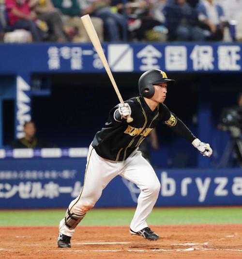 DeNA対阪神 7回表阪神無死、近本は右翼線に三塁打を放つ(撮影・丹羽敏通)