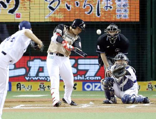 6回表日本ハム無死満塁、中犠飛を放つ清宮。投手小川(撮影・河野匠)