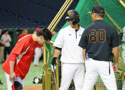巨人対広島 試合前、巨人中島(中央)は広島会沢(左)の謝罪を受ける(撮影・垰建太)