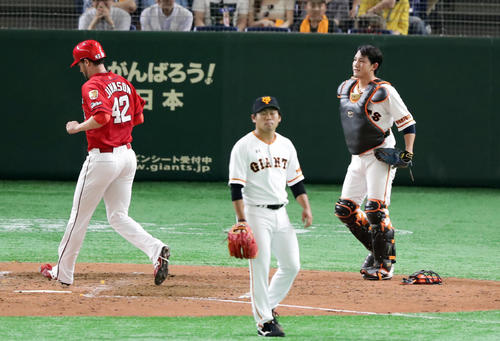 巨人対広島 4回表広島2死二、三塁、バティスタの振り逃げで、一塁悪送球の間に三塁走者ジョンソン(左)が生還。がっくりの捕手小林(右)と投手田口(撮影・浅見桂子)