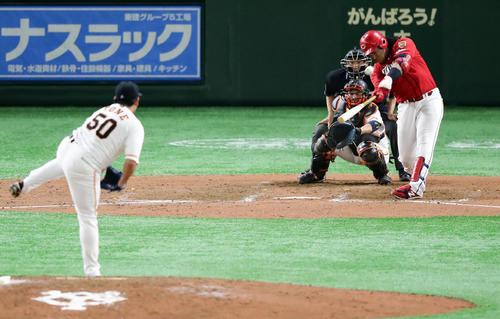 巨人対広島 8回表広島2死、バティズタは左翼ソロ本塁打を放つ。投手戸根(撮影・浅見桂子)