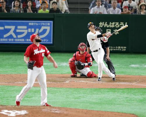 巨人対広島 8回裏巨人1死二塁、坂本勇は左翼2点本塁打を放つ。投手レグナルド(撮影・浅見桂子)