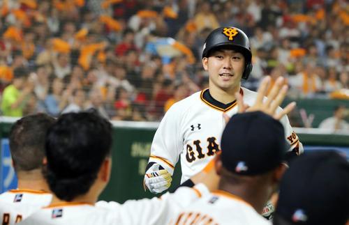 巨人対広島 8回裏巨人無死、右越えソロ本塁打を放ちナインの出迎えを受ける山本(撮影・垰建太)