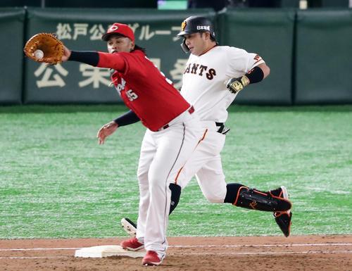 巨人対広島 9回裏巨人1死三塁、阿部は遊ゴロで必死に一塁に走り込むもアウト。一塁手バティスタ(撮影・浅見桂子)