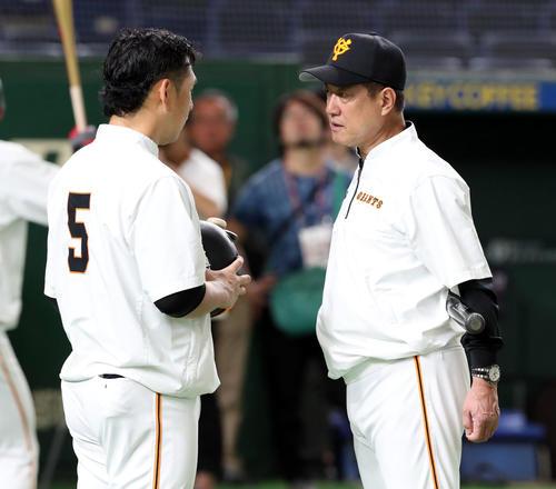 巨人対広島 試合前、巨人原監督(右)は前日頭部死球を受けた中島と話す(撮影・垰建太)