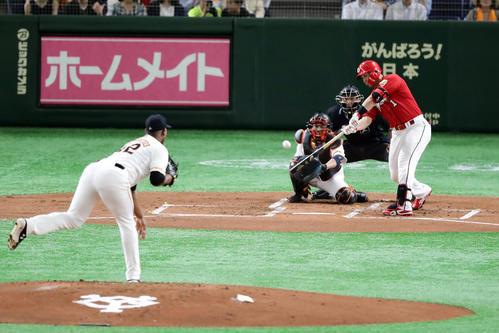 巨人対広島 2回表広島2死、鈴木は右越え二塁打を放つ。投手メルセデス(撮影・浅見桂子)