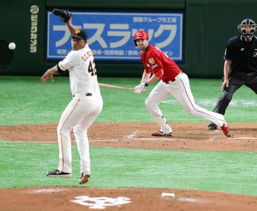 巨人対広島 4回表広島1死一、三塁、ジョンソンは中前適時打を放つ。投手メルセデス(撮影・浅見桂子)