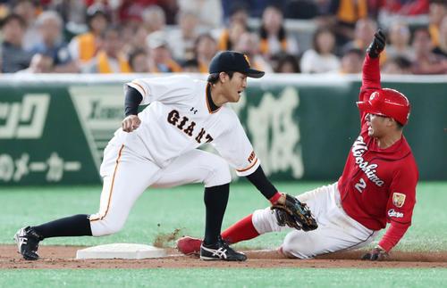 巨人対広島 4回表広島1死一、二塁、田中広(右)は滑り込んだ勢いで塁から足が離れるもすぐさま足を伸ばし三盗を決める。三塁手田中俊(撮影・垰建太)