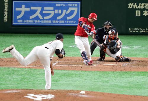 巨人対広島 4回表広島1死一、三塁、野間は中越え適時二塁打を放つ。投手メルセデス(撮影・浅見桂子)