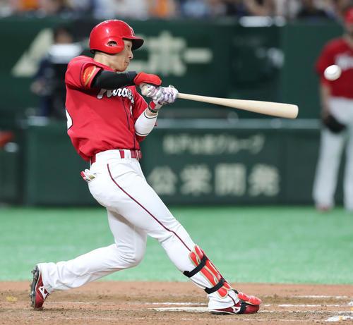 巨人対広島 6回表広島2死一、二塁、右翼に適時二塁打を放つ西川(撮影・垰建太)