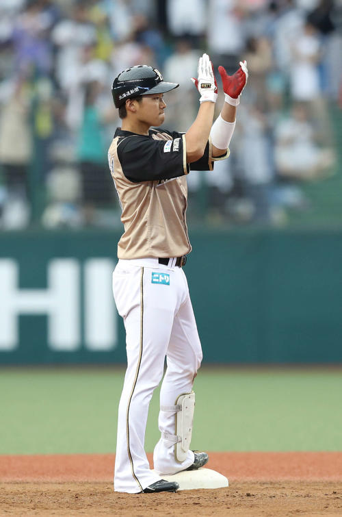西武対日本ハム 4回表日本ハム2死三塁、適時二塁打を放つ石川亮(撮影・河野匠)