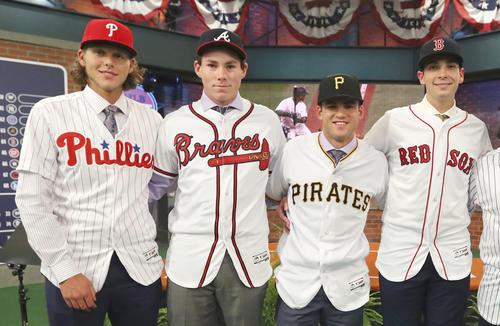 昨年、米大リーグのドラフト会議でブレーブスから1巡目指名を受けたカーター・スチュワート投手(左から2人目)(MLB提供・ゲッティ=共同)
