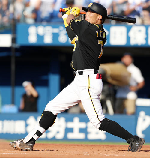 DeNA対阪神 9回表阪神無死二、三塁、糸井は左越え3点本塁打を放つ(撮影・加藤哉)