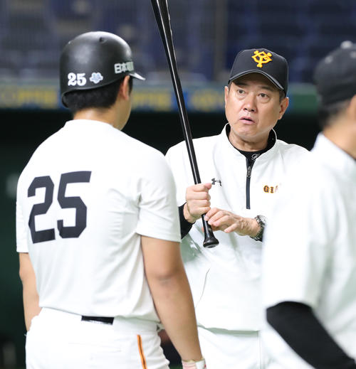 巨人対広島 試合前、巨人原監督(中央)は岡本(左)に打撃指導する(撮影・垰建太)