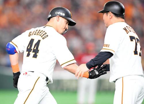 巨人対広島 4回裏巨人1死、右越えに8号ソロ本塁打を放ったゲレーロ(撮影・たえ見朱実)