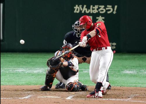 巨人対広島 7回表広島1死一、三塁、鈴木は右適時打を放つ。投手アダメス(撮影・浅見桂子)