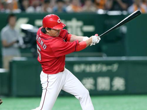 巨人対広島 7回表広島1死満塁、中前適時打を放つ長野(撮影・垰建太)
