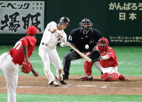 巨人対広島 8回裏巨人1死満塁、重信は勝ち越しの中犠飛を放つ。投手フランスア(撮影・浅見桂子)