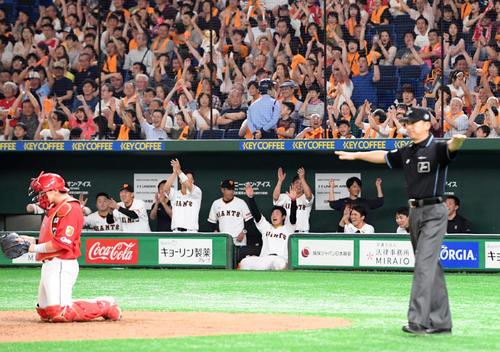 巨人対広島 8回裏巨人1死満塁、セーフの判定に喜ぶ巨人ベンチ(撮影・たえ見朱実)