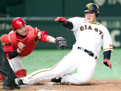 巨人対広島 8回裏巨人1死満塁、重信の中犠飛で三塁走者岡本が懸命に走り勝ち越しの生還を果たす(撮影・垰建太)