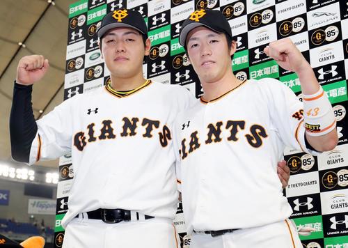 巨人対広島 広島に勝利しヒーローインタビューを終え写真に納まる巨人岡本(左)と重信(撮影・垰建太)
