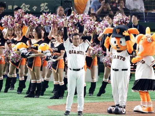巨人対広島 1点を守りきって連敗を止め、スタンドに帽子を振りあいさつする原監督(撮影・浅見桂子)