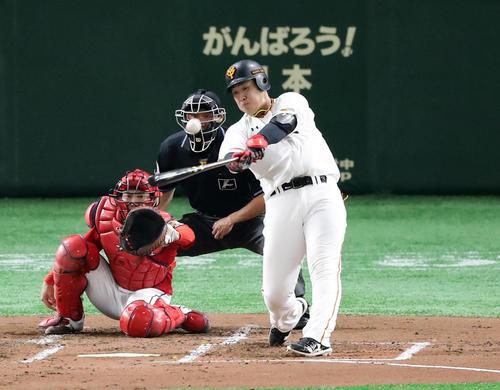 巨人対広島 1回裏巨人1死一、二塁、岡本は左翼3点本塁打を放つ。投手アドゥワ(撮影・浅見桂子)