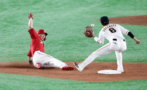 巨人対広島 3回表広島2死一塁、鈴木は二塁盗塁成功。遊撃手坂本勇(撮影・浅見桂子)