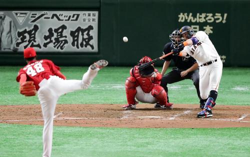 巨人対広島 4回裏巨人1死、ゲレーロは右翼ソロ本塁打を放つ。投手アドゥワ(撮影・浅見桂子)
