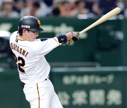 巨人対広島 4回裏巨人1死一塁、左翼に二塁打を放つ小林(撮影・垰建太)