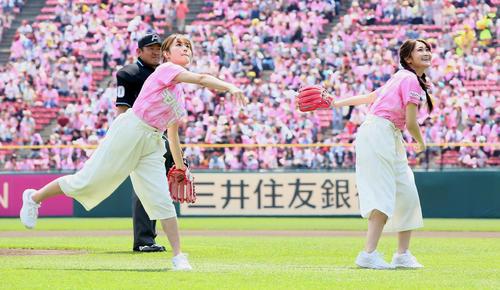 始球式を行った欅坂46の守屋茜(左)と石森虹花(撮影・足立雅史)
