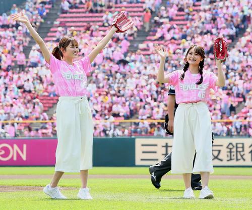 始球式を行い笑顔を見せる欅坂46の守屋茜(左)と石森虹花(撮影・足立雅史)