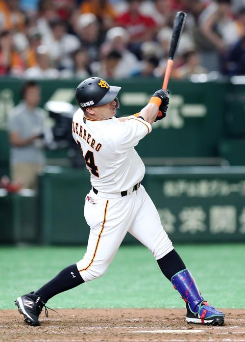 巨人対広島 4回裏巨人1死、右越えソロ本塁打を放つゲレーロ(撮影・垰建太)
