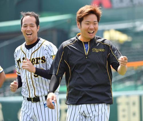ウオームアップで笑顔を見せる西(右)と青柳(撮影・上田博志)