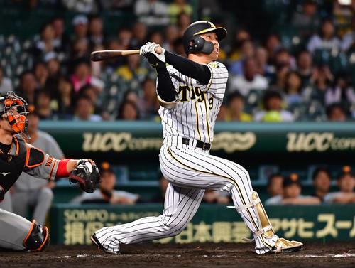 12回裏阪神1死満塁、右越えのサヨナラ満塁本塁打を放つ高山(撮影・清水貴仁)
