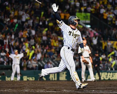 阪神対巨人 12回裏阪神1死満塁、右越えのサヨナラ満塁本塁打を放つ高山俊(撮影・清水貴仁)