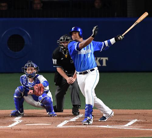 中日対DeNA 1回表DeNA1死満塁、ロペスは先制の右越え満塁本塁打を放つ(撮影・前岡正明)