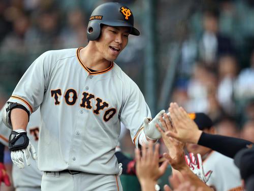 阪神対巨人 2回表巨人無死一塁、2点本塁打を放ち、ベンチに迎えられる大城(撮影・狩俣裕三)