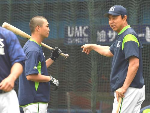 練習で青木(左)と話す小川監督(撮影・柴田隆二)