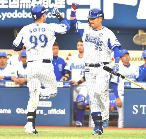 DeNA対ヤクルト 1回裏DeNA2死、ソト(左)は右越えに本塁打を放ち筒香とハイタッチする(撮影・柴田隆二)