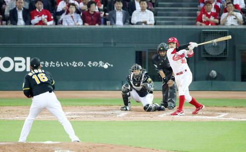 広島対阪神 5回裏広島2死二塁、菊池は中前適時打を放つ(撮影・加藤哉)